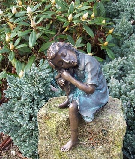 Mädchen Lena ist eingeschlafen als Bronzeskulptur