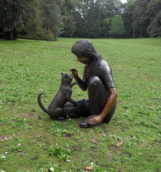 Mädchen Selina mit Katze als Bronzefigur