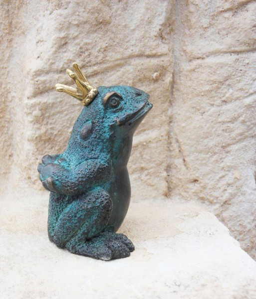 Wasserspaier-Froschkönig-Hände-am-Rücken-Bronzefigur