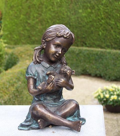Die kleine Lisa hat Ihren Teddybär lieb als Bronzeskulptur