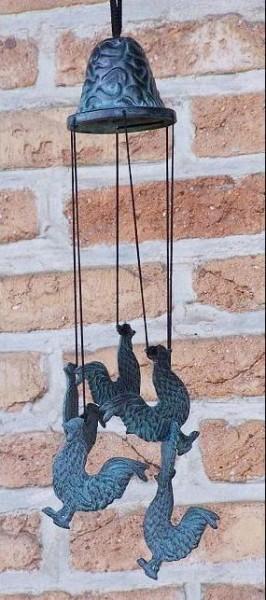 Windspiel aus Bronze mit Hahnfiguren