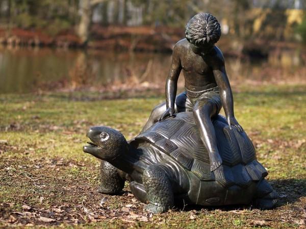 Wasserspaier-Junge-auf-Schildkröte-Bronzefigur-Bronzeskulptur