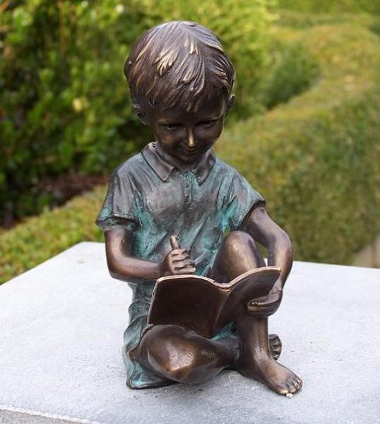 Der kleine Edward zeichnet im Heft als Bronzeskulptur