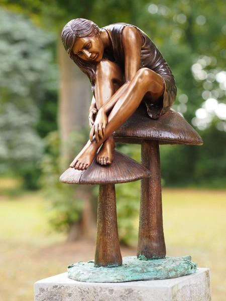 Katharina sitzend auf zwei Pilzen | Fountaine Bronzefigur