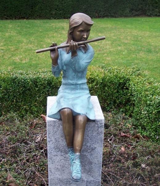Mädchen Adele spielt Querflöte als Wasserspeier Bronzeskulptur
