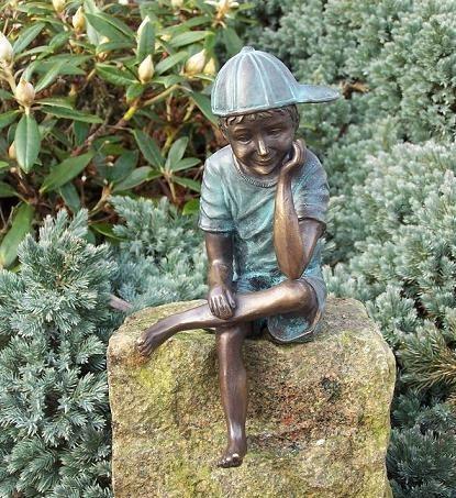 Junge Daniel mit Cappy sitzend als Bronzeskulptur