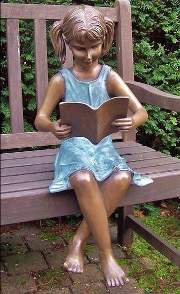 Mädchen Beatrice liest Buch im Sitzen als Bronzeskulptur