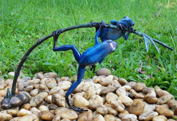 Zwei-blaue-Regenwaldfrösche-am-Zweig-aus-Bronze