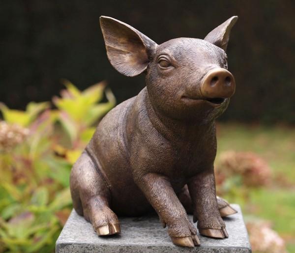 Junges Schwein sitzend aus Bronze.