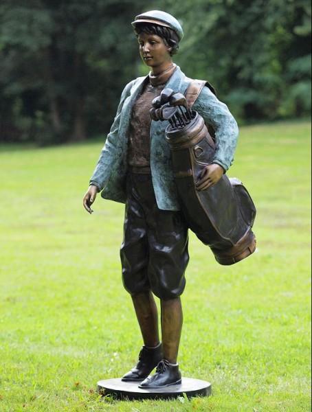 Elias trägt Golftasche | Bronzefigur