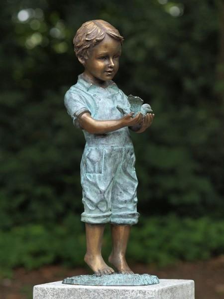 Der kleine Junge Linus mit Vogel in der Hand als Bronzeskulptur