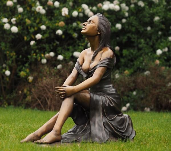 Lisa genießt das schöne Wetter | Akt Bronzefigur