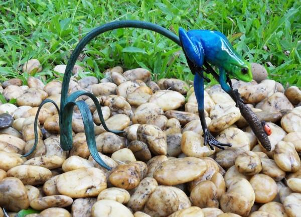 Regenwaldfrosch-blau-auf-Schilfgras-aus-Bronze