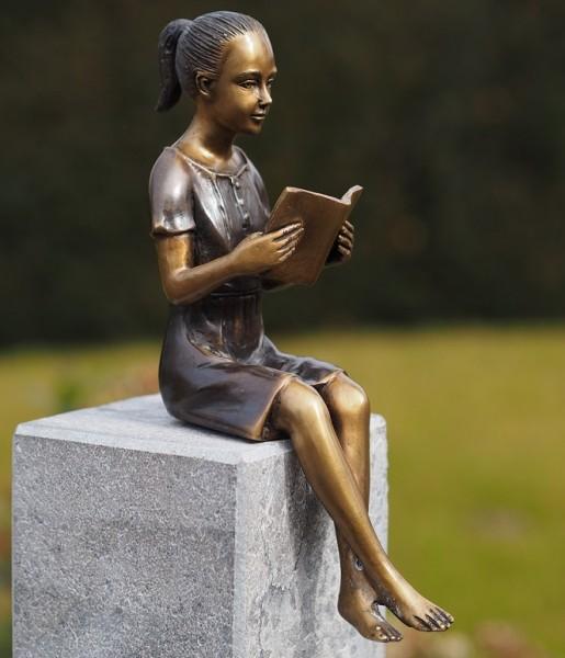 Mädchen Corinna sitzend am Buch lesen als Bronzeskulptur