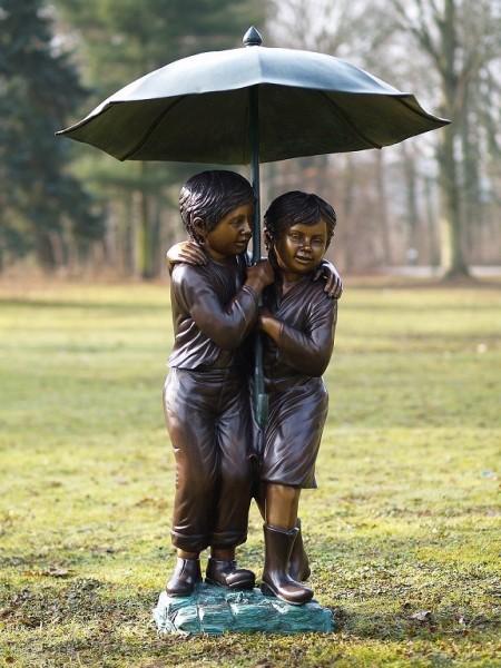 Wasserspeier Geschwisterpaar unter Regenschirm als Bronzeskulptur