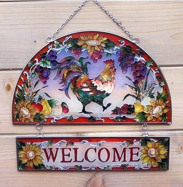 Welcome Wandhänger mit Hahn-Motiv aus Tiffany Glas und Metall.