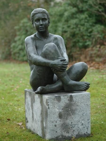 Luna | Akt sitzende Frau Bronzefigur