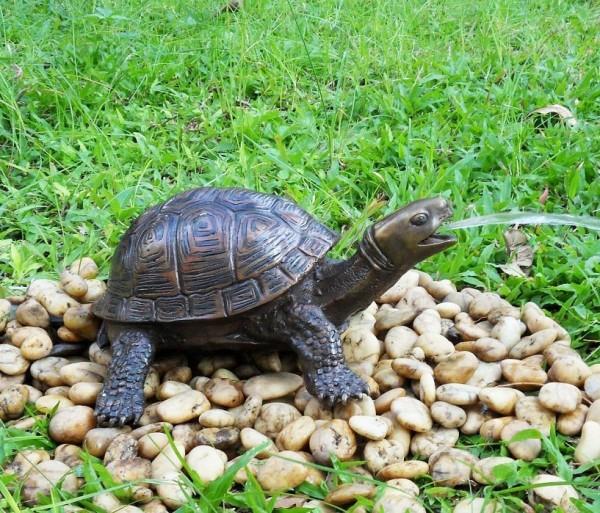 Wasserspaier-Schildkröte-Bronzefigur-Bronzeskulptur