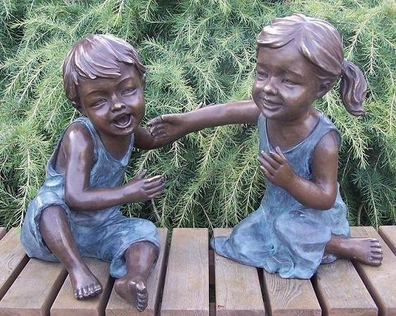 Geschwisterpaar Hannah und Philipp beim spielen als Bronzeskulptur