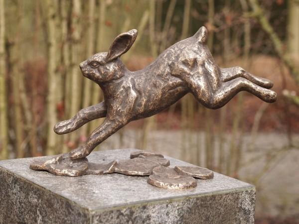 Springender-Hase-Bronzefigur-Bronzeskulptur