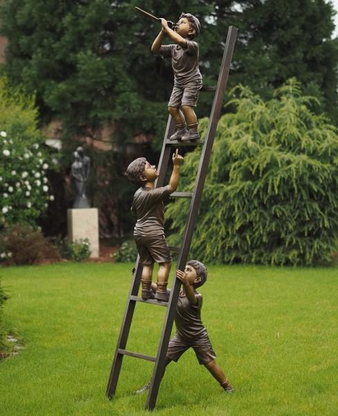 Drei Lausbuben auf Leiter als Bronzeskulptur