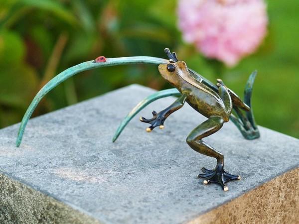Frosch-und-Marienkäfer-auf-Schilfzweig-Bronzefigur